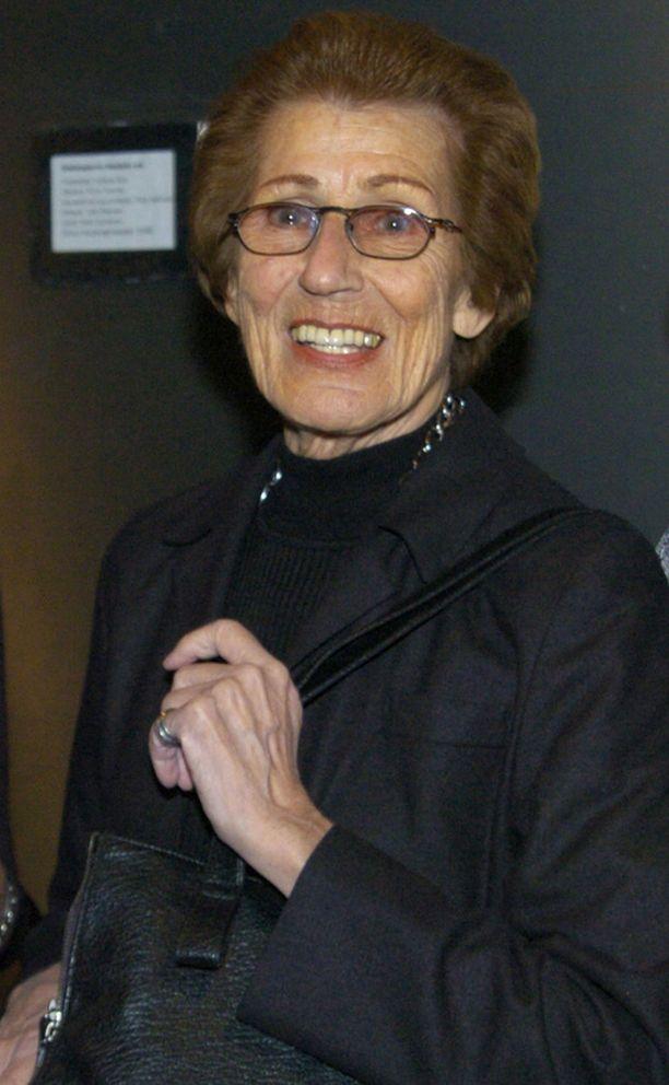 Kirsti Rautiainen juonsi Tupla tai kuitti-tietokilpailua, jota esitettiin televisiossa 1958-1988.