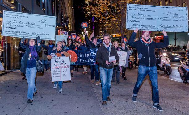 Mielenosoittajat marssivat kuluneella viikolla New Yorkissa republikaanien verouudistusta vastaan. Uudistus tuo mittavia verohelpotuksia suuryhtiöille ja rikkaille.