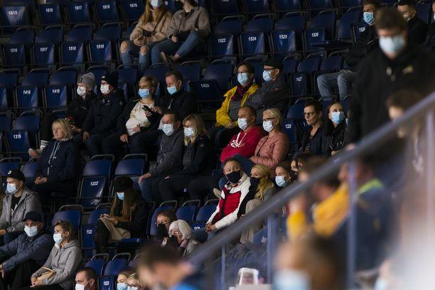 Suuri osa tämän kuvan katsojista perjantai-illan liigaottelussa Ilves–SaiPa noudatti suositusta ja käytti kasvomaskia.