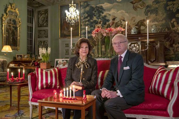 Kuningatar Silvia ja kuningas Kaarle Kustaa ottavat osaa Norjan tragediaan. Kuva on kuninkaallisten joulutervehdys.