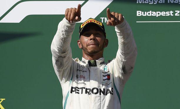 Lewis Hamilton tuuletti Unkarin GP:n voittoa.