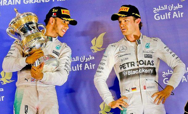 Nico Rosbergia (vasemmalla) ei naurattanut palkintopallilla.