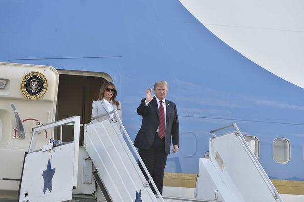 Trump vilkutti paikalle kerääntyneelle medialle.