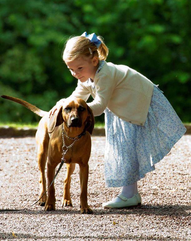 Viime vuonna Estelle riensi kesken juhlinnan silittelemään koiraa.