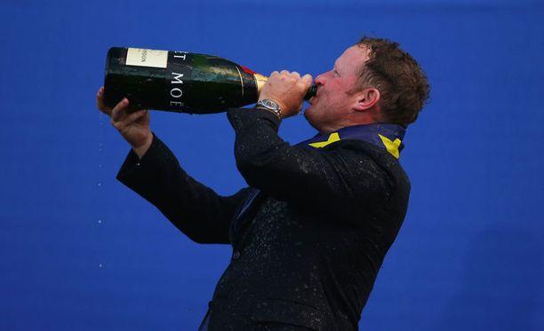 Juhlajuoma maistui Jamie Donaldsonille vielä palkintoseremonioiden jälkeenkin.