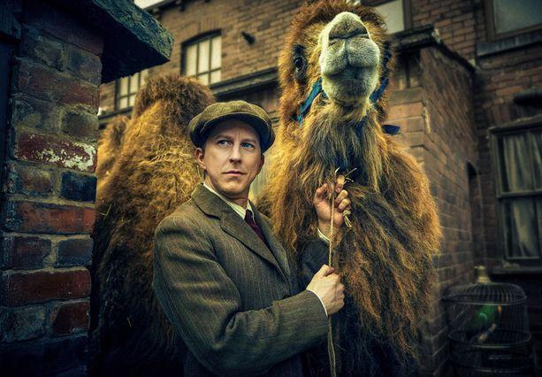 Georgen äiti ja naapurit paheksuvat, kun entinen sirkuskameli muuttaa Mottersheadeille.