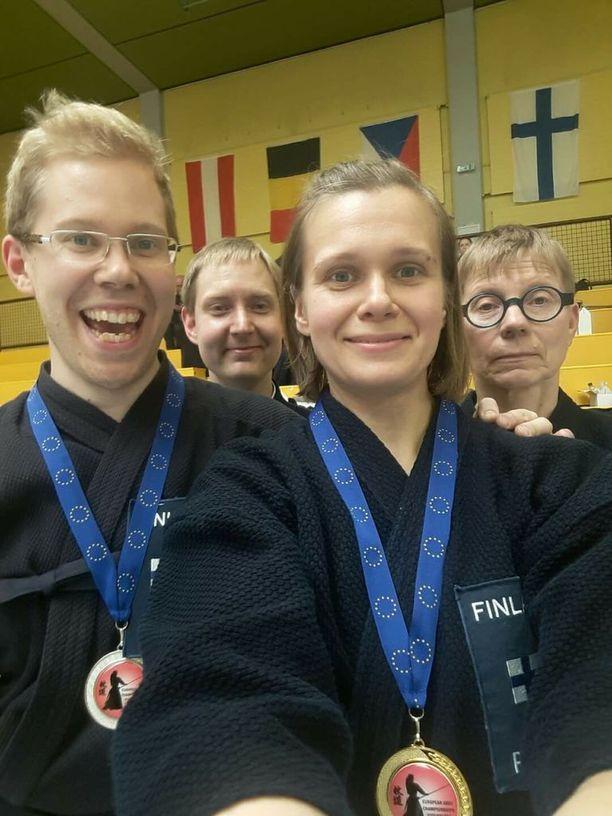 Suomen jodo-maajoukkueessa kilpailivat vasemmalta Paulus Artimo, Joonas Pihlaja, Tea Pihlaja ja Eija Snickeri.