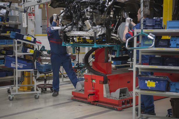 Moottorin asennus uuteen GLC-katumaasturiin.