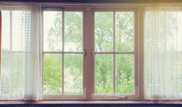Tummat ikkunapuitteet voi maalata sisältä vaaleiksi nykytrendin mukaan. Vaaleisiin kyllästynyt voi kokeilla jotain muuta väriä.