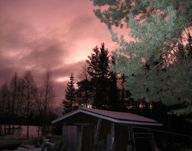 Lapin taivas hehkui oudon punaisena aamulla yhdeksän jälkeen huolimatta vuoden pimeimmästä ajasta. Paikalliset ovat ihmetelleet valoilmiötä laajasti.