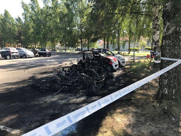 Puuskittainen tuuli auttoi tulipalon etenemistä mopoautosta toiseen.