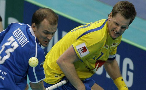 Mika Kavekari ja Ruotsin kapteeni Niklas Jihde finaaliväännössä.