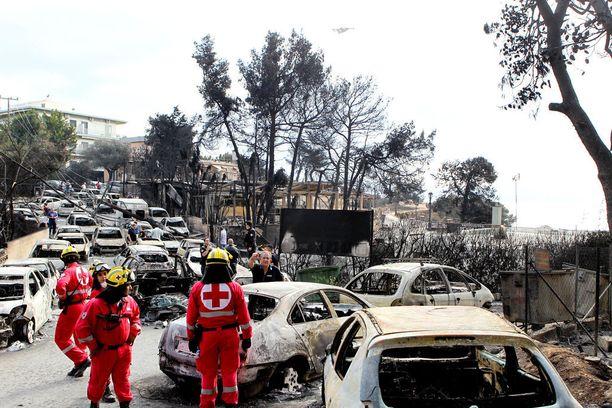 Kymmeniä autoja paloi karrelle jäätyään liekkeihin Matissa. Monet ihmiset eivät ehtineet pakoon. Kuva on otettu tulipalon jälkeisenä, heinäkuun 24. päivänä.