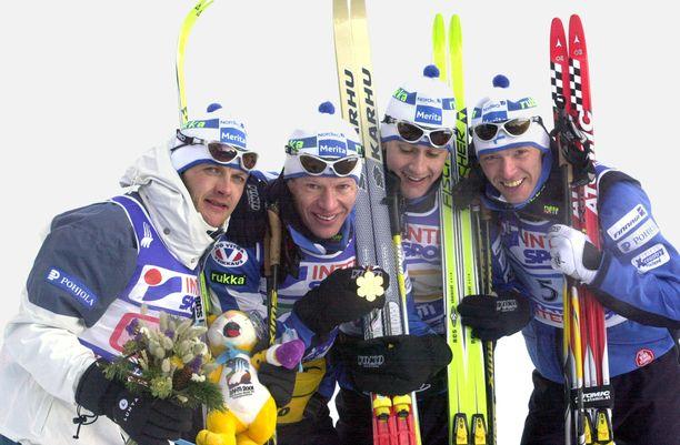 Suomen miehet voittivat viestikultaa, mutta mitali vietiin dopingkäryn takia.