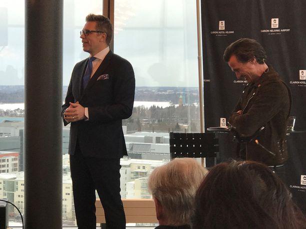 Sarasvuo haastatteli hotellimoguli Petter Stordalenia Helsingin Clarion-hotellissa.