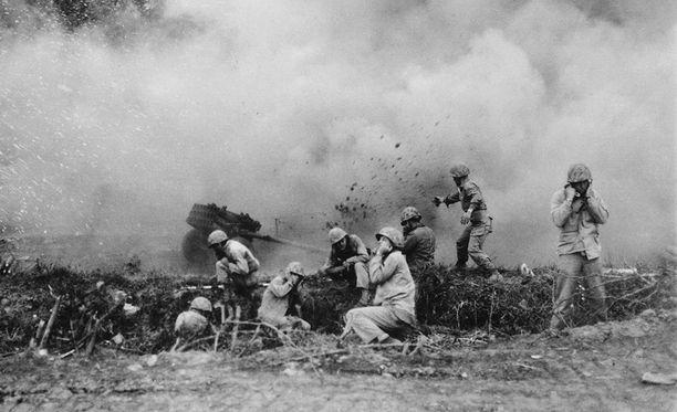 USA:n merijalkaväen sotilaat hyökkäämässä vihollisen asemiin vuonna 1951.