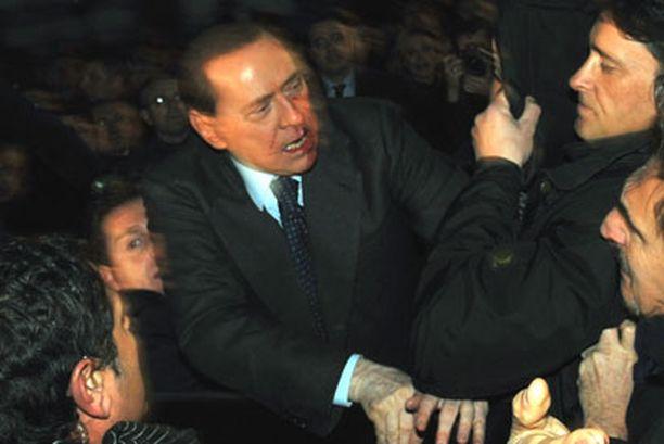 Italian pääministeriä Silvio Berlusconia vastaan hyökättiin milanolaisella torilla.
