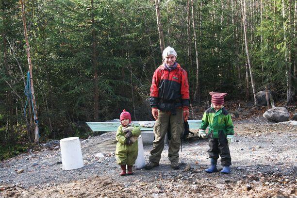 Syksyllä otetussa kuvassa Marja Houtbeckers lastensa Lunan,2, ja Leon, 4, kanssa tontilla. Marja ja lapset ovat  usein tontilla tekemässä hommia Mickin kanssa.