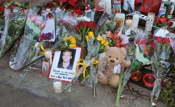 Fanit kävivät muistamassa kuollutta idoliaan onnettomuuspaikalla.
