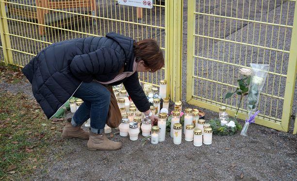 Maj-Britt Keckmanista tuntui pahalta, koska hänellä on samanikäisiä lapsenlapsia. Hän toi paikalle pehmolelun ja kynttilän.