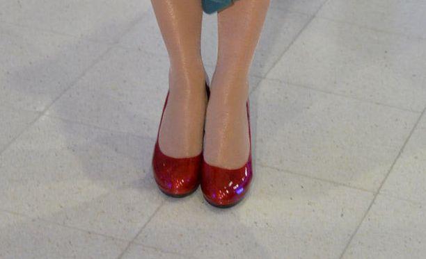 Yksinkertaista mutta kaunista - kiiltonahkapinta toi punaisiin kenkiin lisäripauksen juhlaa.
