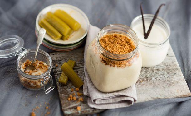 Raparperivispipuuron kanssa maistuu ihanalle itse tehty jogurtti ja kauracrumble.