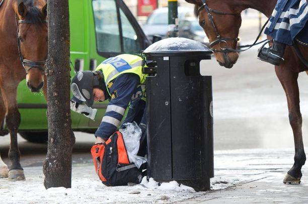 Ruotsin poliisi tarkasti laukkua Tukholmassa kolme päivää itsemurhaiskun jälkeen joulukuussa 2010.