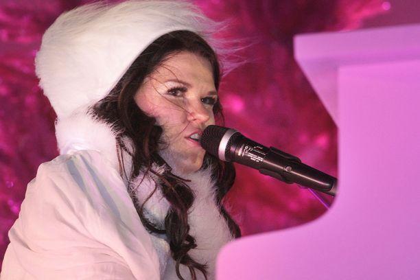 Vuonna 2013 Saara Aalto esiintyi Kemin Lumilinnan avajaisissa.