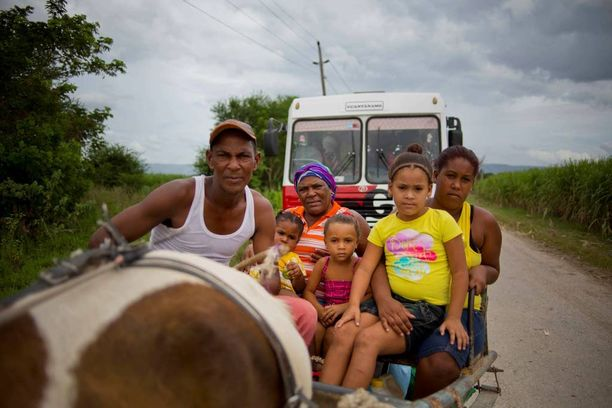 Perhe pakeni hevoskärryllä väliaikaiseen suojaan Kuubassa.