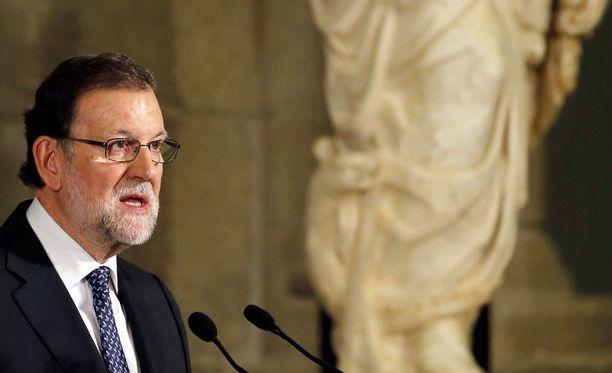 Pääministeri Mariano Rajoy luopuu yrityksestä koota hallitus Espanjaan.