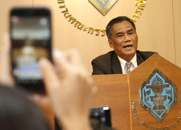 Vaalilautakunnan puheenjohtaja Ittiporn Boonprakong kertoi medialle vaaleista tänään Bangkokissa.