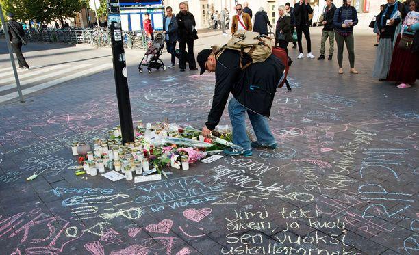 Helsingin Rautatieaseman läheisyydessä Asema-aukiolla tapahtunut pahoinpitely herätti tunteita syksyllä. Uusnatsin pahoinpitelemä mies kuoli sairaalassa aivoverenvuotoon. Pohjoismaisen vastarintaliikkeen aktivistin epäillään syyllistyneen pahoinpitelyyn ja kuolemantuottamukseen mielenosoituksen aikana syyskuussa.