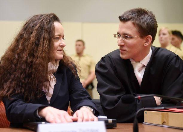 Zschäpe keskusteli asianajajansa Mathias Graselin kanssa.