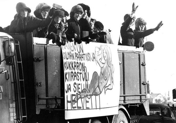 """""""Nainen on silmän paratiisi ja kukkaron kiirastuli ja sielun helvetti"""", julistettiin penkkariauton kyljessä helmikuussa 1973."""