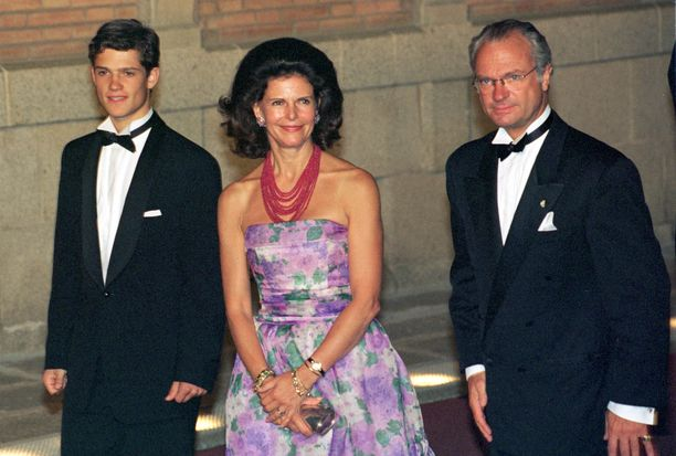 Ruotsin prinssi Carl Philip äitinsä ja isänsä kanssa Barcelonassa vuonna 1997.