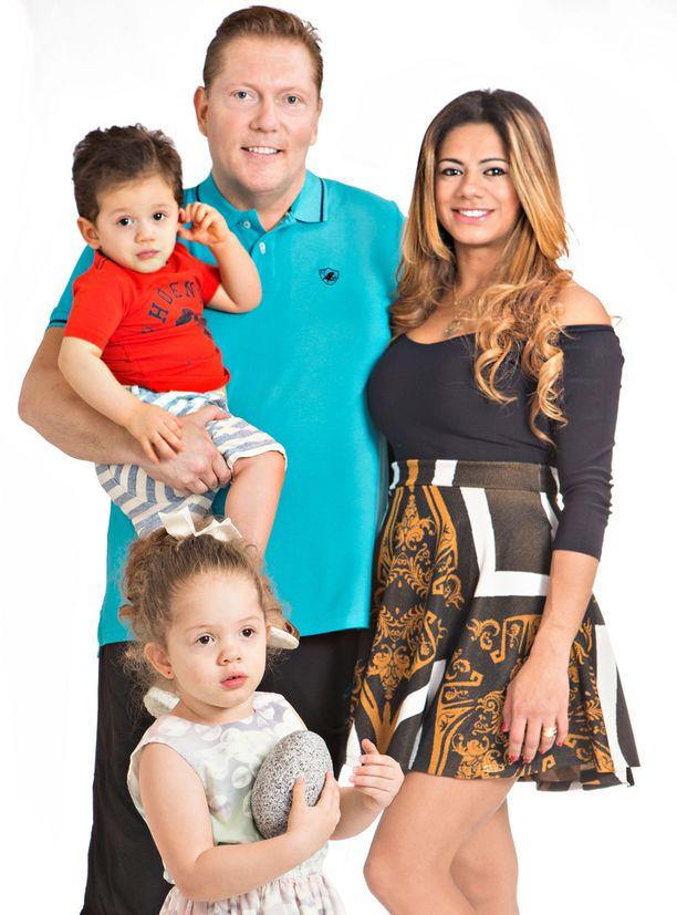 Vesa Keskisen Jane-vaimo päätti lopulta muuttaa Suomeen. Perheessä on kaksi lasta, Maria-tytär ja Toivo-poika.
