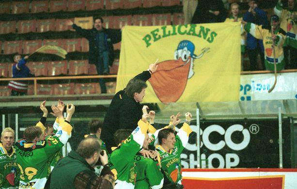 Valmentaja Kari Eloranta liigakarsinnat voittaneen Pelicansin kultatuolissa Kuopiossa 1999.