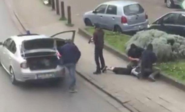 """Videolta otetussa kuvassa poliisi pidätti miehen Anderlechtin alueella Brysselissä 8. huhtikuuta. Mohamed Abrinin uskotaan olevan """"hattumies"""", joka pakeni Brysselin lentokentälle maaliskuussa tehdyistä terrori-iskuista."""
