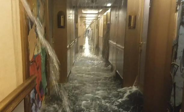 Rukoilkaa puolestamme, kirjoitti kuvan ottaja, joka pelkäsi, että alus on uppoamassa.