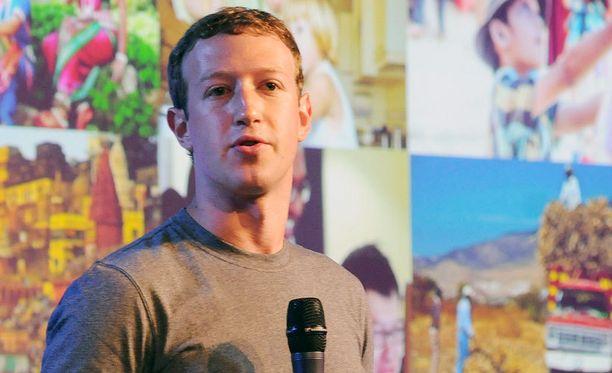 Zuckerberg on vieraillut useissa Aasian aktiivisista Facebook-maista. Kuvassa hän hikoilee Intian New Delhissä.