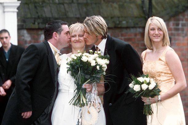David Beckham oli isosiskonsa Lynnen häissä mukana vuonna 1999.