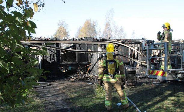 Neljän huoneiston rivitalo tuhoutui lähes kokonaan palossa maanantain ja tiistain välisenä yönä.