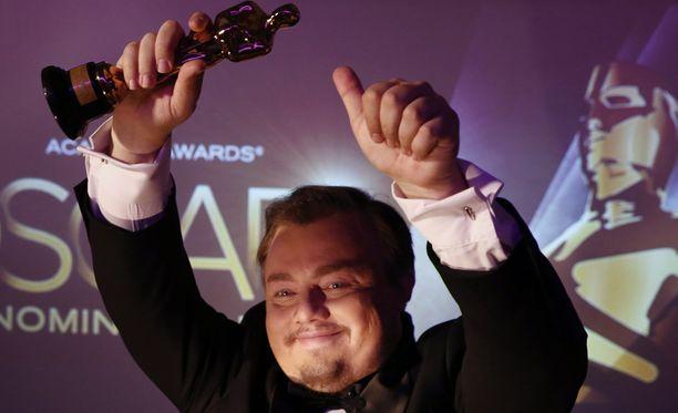 Leonardo DiCaprion kaksoisolento Roman Burtsev poseerasi auliisti Oscar-patsaan kopion kanssa.