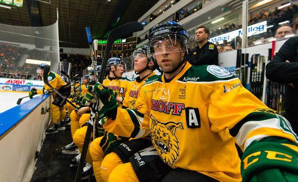 Arto Laatikainen ei pelannut torstaina sekuntiakaan, vaan istui penkin päässä. Kuva on otettu aiemmin tällä kaudella.