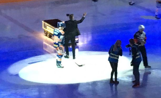 Pekka Saravo (kuvassa keskellä) tuli tumma puku päällä Hakametsän ykköshallin jäälle ennen kuudennen finaalin alkua.