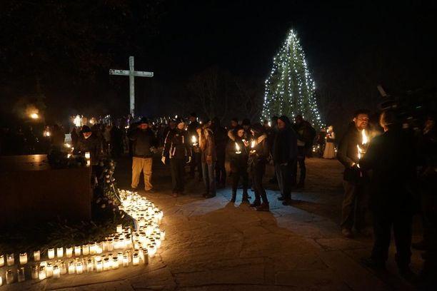Hietaniemen hautausmaalla oli vielä kahdeksan jälkeen illalla 2 500 henkeä.