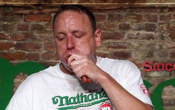 Joey Chestnut rikkoi heinäkuussa omissa nimissään olleen maailmanennätyksen syömällä 75 hot dogia 10 minuutissa.