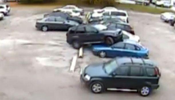 Vauhti pysähtyy vasta, kun Kaushalin auto on noussut kahden pysäköidyn ajoneuvon konepelleille.