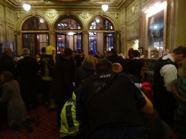 Viranomaiset saivat hälytyksen Shaftesbury Avenuella sijaitsevaan Apollo-teatteriin hieman iltakahdeksan jälkeen.