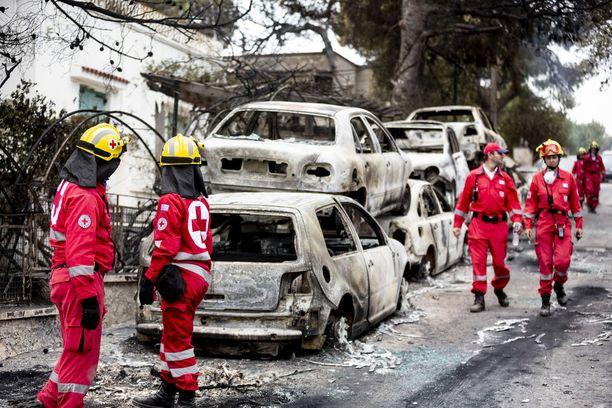 Palon tuhoamia autoja tien vierustalla Matissa.